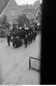 Begrafenisstoet van mannen in uniform en paardenkoets voor NSB-er, Vriezenveen (1943-1945) Rotterdam, World War Two, Ww2, Holland, Dutch, Weapons, Portraits, Camping, Children