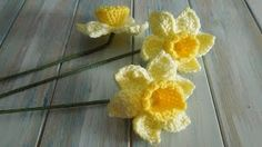 Crochet Flowers Design How to Crochet Daffodil Flower Video Tutorial - Extremely beautiful and vibrant, this Free Daffodils Granny Square Crochet Pattern is simply amazing. It's a modern variation of classic afghan block. Crochet Puff Flower, Crochet Flower Patterns, Crochet Flowers, Crochet Flower Tutorial, Crochet Leaves, Pattern Flower, Paisley Pattern, Knitting Patterns, Granny Square Häkelanleitung