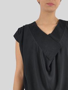 Eine schwarze, weich fallende Bluse mit Wasserfall ist für mich das beste Kleidungstück zum Ausgehen. Sportlich zur Jeans oder elegant mit schwarzer Skinny Hose mit High-Heels. Ich liebe dieses Schnittmuster. Skinny, Elegant, Capsule Wardrobe, V Neck, Tops, Fashion, Sporty, Sewing Patterns, Blouse