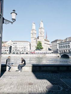 Scoprire Zurigo. La passeggiata lungo il Wühre con vista di Grossmünster.  #zurichwonderland #zurich