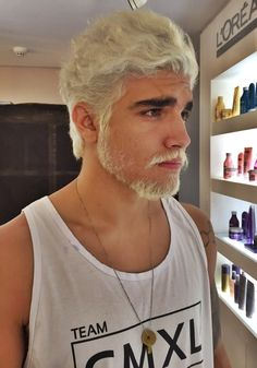 photo homme avec décoloration cheveux et barbe courte blond platine White Hair Men, Hair And Beard Styles, Long Hair Styles, Blonde Dye, Dark Roots Blonde Hair, Mens Hair Colour, Lucky Blue Smith, Platinum Hair, Bleached Hair