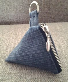 Klein beursje voor aan de sleutelbos. Van een oude spijkerbroek.