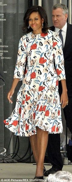 Michelle Obama beats Samantha Cameron in powering dressing style poll Mode Michelle Obama, Michelle Obama Flotus, Michelle Obama Fashion, Barack And Michelle, Samantha Cameron, Barack Obama Family, Malia And Sasha, American First Ladies, First Black President