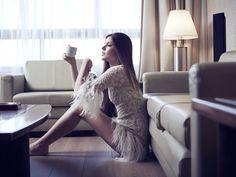 Camila Queiroz, Angel, com vestido de plumas ensaio fotográfico
