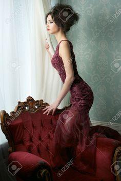 Schöne Braut Stützte Sich Auf Einen Stuhl Und Schaut Aus Dem Fenster. Sie Trägt Eine Barocke Stil Hochzeitskleid In Einem Eleganten Pose. Lizenzfreie Fotos, Bilder Und Stock Fotografie. Image 17040906.