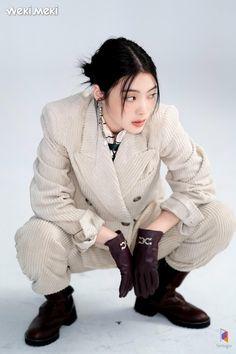 90s Fashion, Korean Fashion, Japanese Fashion, Pretty People, Beautiful People, Arte Emo, Soft Grunge Hair, Pose Reference Photo, Poses References