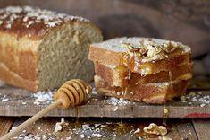Deliciosa receta para hacer un pan de avena y miel. Solo necesitas harina, copos de avena, leche, miel, levadura y sal. ¡Super fácil y delicioso!