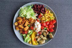 Kleurrijk en vol vitamientjes: een vegetarische Mexicaanse bowl. Geen vlees, geen wrap, wel ontzettend voedzaam en lekker! Je kent misschien wel de burrito bowl, maar deze variant is zonder vlees…