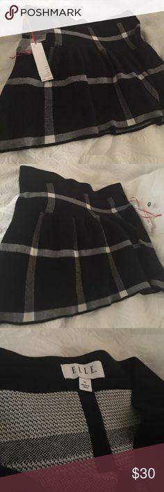 "Elle Black & White Splits Mini Skirt NWT. Stylish Elle Black & White Skirt with Light gathers that beautiful when worn. Size:XL  Length:18""  Cotton:50% Viscose:30%  Nylon:17%  RN#73277 Elle Skirts Mini"