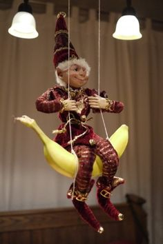 les lutins du Père Noël débarquent en banlieue It's a doll. riding a banana swing. Not really sure what this is about. riding a banana swing. Not really sure what this is about. Christmas Elf Doll, Xmas Elf, Noel Christmas, Elf On The Self, The Elf, Awesome Elf On The Shelf Ideas, Mini Candy Canes, Naughty Elf, Jesus Birthday