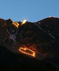 Bergfeuer auf der Innsbrucker Nordkette, © Tirol Werbung/Christian Wührer Mount Everest, Change, Mountains, Travel, Random Stuff, Advertising, Viajes, Trips, Tourism