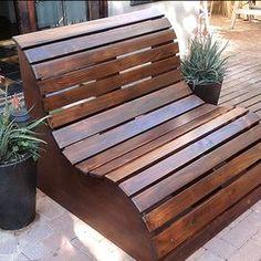 Bekväm sittbänk formad som en våg. Inte så svårt att bygga som det ser ut.