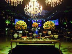 Uma mesa de doces linda para um casamento igualmente lindo! ::: #atteliededoces #docesfinos #carolinadarosci #casamento #decoracao #mesaposta #sobremesa #docinhos #evento #flores #arranjos #docesgourmets #mesadedoces #florianopolis