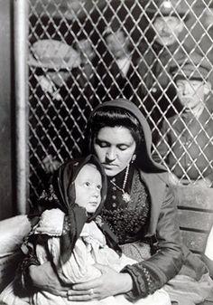 Lewis Hine : Italian Immigrant, (Madonna)  Ellis Island 1908