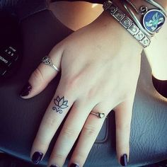 If you've been thinking about getting a tattoo, but are keen to opt for something subtle, small or tiny, then a delicate finger tattoo could be just for you. Finger tattoos are super adorable and beautiful on its own. Finger tattoos are fun to conc Finger Tattoo Designs, Tattoo Am Finger, Girl Finger Tattoos, Flower Finger Tattoos, Finger Tattoo For Women, Small Finger Tattoos, Tattoo Flowers, Womens Finger Tattoos, Tiny Tattoos For Girls