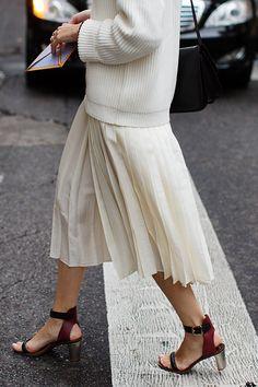 スカートとセーターのコーデ
