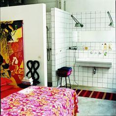Salle de bains dans une chambre avec céramiques blanches et cabine de douche