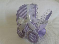 Caixa carrinho de bebê para decoraçao de mesa chá de bebê. <br>Confeccionada em scrapbook papel 180g. laço de cetim .