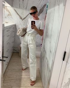 The utility trend is here to stay, which means cargo trousers make a great alternative to jeans & leathers this season. Dress them up by adding heels & plenty of jewellery to give them a more feminine & polished feel. White Outfits, Classy Outfits, Trendy Outfits, Fashion Outfits, Fashion Trends, Rosie Huntington Whiteley, It Bag, Minimal Outfit, Minimal Fashion