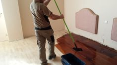 Aplicando tinte al agua en un Lamparquet de roble Vacuums, Home Appliances, Hardwood Floors, Oak Tree, Dyes, Appliques, Aqua, House Appliances