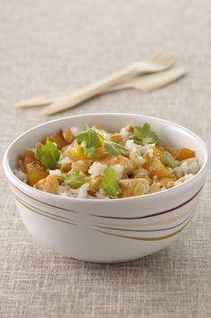 Recette de Salade de riz, poulet curry et abricots secs. Il vous faut : filets de blancs de poulet, abricots secs, riz basmati, jus de citron vert, curry en poudre, huile, coriandre, sel
