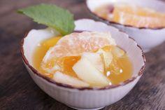 Salada de frutas com vinho do Porto Branco, Vai precisar de...  1 maçã grande ou 2 pequenas 1 pera 4 ameixas maduras 400ml de sumo de laranja 8 colheres de sopa de vinho do porto branco 5 rodelas de abacaxi 2 tangerinas 2 laranjas 2 ma...