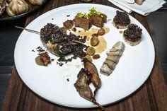 Gegrillte Wachteln mit Steinpilzen und Blunzen an Weintrauben und Perlzwiebeln.