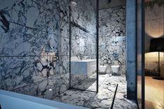 Marmorfliesen für die Wände und Boden im kleinen Badezimmer