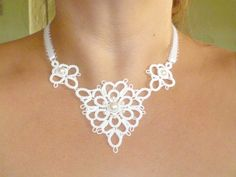 Tatted White Lace Necklace with Swarovski pearls di SnappyTatter, $27.25