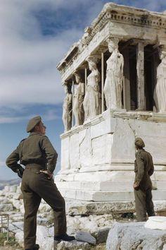 Due militari britannici osservano la loggia delle Cariatidi del tempio greco detto Eretteo, dedicato alla dea Atena, sull'Acropoli di Atene, nell'ottobre 1944. Il ritiro delle truppe tedesche dalla Grecia, avvenuto in quei giorni, non segnò affatto l'avvio di un periodo più pacifico per il Paese, in quanto si aprì subito un contrasto tra il governo monarchico di Georgios Papandreu e le forze più attive della Resistenza (Elas) a preponderanza comunista. Nel dicembre 1