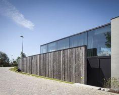 clôture en bois & route accès - Graafjansdijk-House par Govaert & Vanhoutte Architects - Belgique