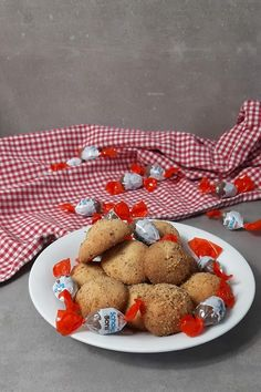 Children& chocolate biscuits in cookie dough - baking with chocolate candies - lay on top and wrap evenly around it. Better a little thicker with it lay on top and wrap evenly ar - Winter Deserts, Chocolate Biscuits, Gnocchi, Cookie Dough, Chocolate Candies, Candy, Apple, Breakfast, Desserts