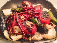 Puse a dorar en un sarten un poco aceite ya bien caliente le agregue    5 tomates grandes    1 cebolla grande en trozos