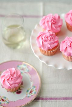 Strawberry Moscato Cupcakes - Eat Yourself Skinny Mojito Cupcakes, Yummy Cupcakes, Strawberry Cupcakes, Cocktail Cupcakes, Pretty Cupcakes, Frosting Recipes, Cupcake Recipes, Cupcake Cakes, Dessert Recipes