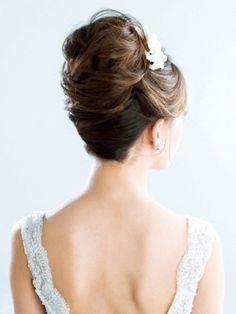 毛流れの動きや陰影を意識したエアリーな上品アップヘア/Back|ヘアメイクカタログ|ザ・ウエディング