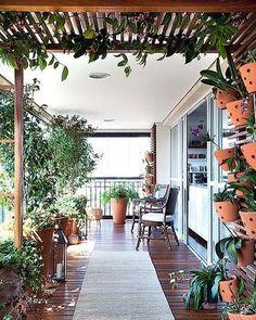 Quem foi que disse que você não pode ter um jardim com pérgola de madeira e muito mais na varanda do seu apartamento? Olha só que coisa mais lindaaa!!!