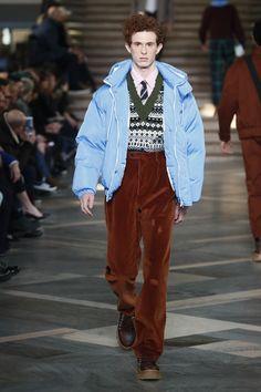 The complete MSGM Fall 2018 Menswear fashion show now on Vogue Runway. Autumn Fashion 2018, Fall Fashion Trends, Latest Fashion Trends, Runway Fashion, Trendy Fashion, High Fashion, Mens Fashion, Fashion Photo, Fashion Menswear