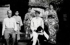朝日新聞デジタル: 1927年に父島で撮影されたセーボレー家の人々。孝さんによると、前列左から初代ナサニェル・セーボレーの長男ホーレス、三男ベンジャミン、長女ジェイン、後列左からひ孫のモーセス、孫のアイリーン・ワシントン=孝さん提供