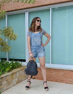 Look usando Jardineira Jeans: a peça em jeans é básica e versátil, dá para usar com salto, flats e tênis, depende muito do seu gosto e estilo.