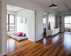 Reforma em apê com 70 m² garante manutenção fácil e uso flexível