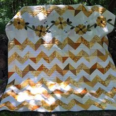 Sunflower Fields PDF quilt pattern in 3 sizes, chevron quilt, dresden plate design