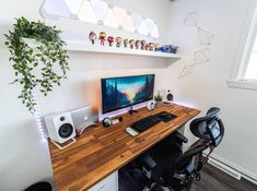 Day and night shots of workspace 🔥 // Again, it's cool to see the use of Nanoleaf light panels above the main setup… Gaming Room Setup, Pc Setup, Desk Setup, Gaming Chair, Home Office Setup, Home Office Design, Design Desk, Office Desk, Best Computer Chairs