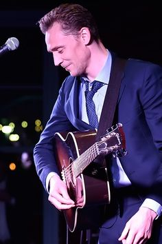 Tom Hiddleston performs at the after party for the premiere of 'I Saw The Light' on October 17, 2015 in Nashville, Tennessee. Full size image: http://ww1.sinaimg.cn/large/6e14d388gw1ex5qsbya01j21kw1ltk2o.jpg Source: Torrilla, Weibo