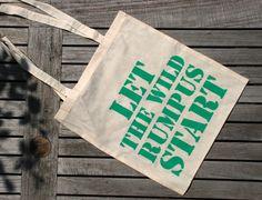 handgemaakte zeefdruk op een linnen tas 'let the wild rumpus start' komt uit het kinderboek 'Where the wild things are' door Maurice Sendak. gemaakt door www.metdraadenraad.nl