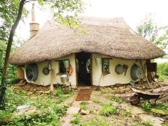 MrMichael Buck, a59-year-old retired teacher of art fromOxfordshire, England decided to build an adorable cob house out in his garden for $250…