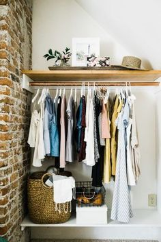 Clothes Storage Solutions For Small Spaces Clothing storage is a common feature of many businesses and homes. But often, choosing what to store in the closet can be overwhelming as it requires taking into account every factor from style to space. Exposed Closet, Open Shelving, Closet Designs, Closet Alternatives, Small Space Bedroom, No Closet Solutions, Closet Ideas For Small Spaces Bedroom, Trendy Bedroom, Small Closet Space