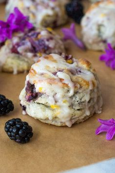 Earl Grey Blackberry Scones with Lemon Glaze. Fresh blackberries, zesty lemon drizzle and rich Earl Grey tea make up this super delicious breakfast scone. Perfect for tea parties, bridal showers, or lazy Sundays. Easy to freeze and reheat. Breakfast And Brunch, Breakfast Scones, Blackberry Scones, Lemon Scones, Blackberry Recipes Breakfast, Blackberry Lemon Recipes, Delicious Breakfast Recipes, Delicious Desserts, Pavlova