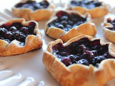 "Mini Blueberry Galettes (Perfect Pies) - ""The Pioneer Woman"", Ree Drummond on the Food Network. Köstliche Desserts, Delicious Desserts, Dessert Recipes, Wedding Desserts, Blueberry Recipes, Blueberry Cheesecake, Ree Drummond, Crepes, Food Network Recipes"