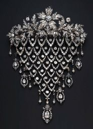"""""""Diamond Stomacher Brooch, crowned by a spray of diamond-set flowerheads, leaves and buds, suspending a Bijoux Art Deco, Art Deco Jewelry, Fine Jewelry, Jewellery Box, Jewellery Shops, Jewelry Stores, Victorian Jewelry, Antique Jewelry, Vintage Jewelry"""