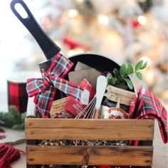 Add a personal touch to your Christmas gifts this year with these unique DIY Christmas Gift Baskets. There are over a hundred gift basket ideas for everyone on your Christmas list Diy Christmas Gifts For Men, Easy Homemade Christmas Gifts, Christmas Gift Baskets, Holiday Gifts, Christmas Diy, Christmas Morning, Christmas Projects, Themed Gift Baskets, Diy Gift Baskets